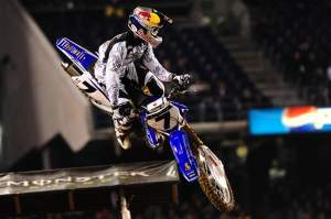 Stewart scored his sixth-straight win, tying Chad Reed in points.