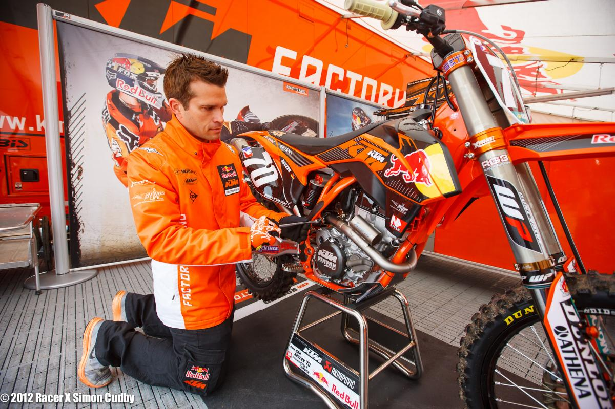 Kelly Lumgair works on Roczen's KTM