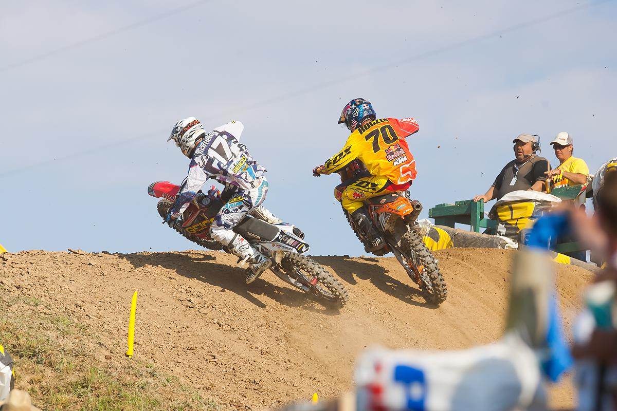 Eli Tomac passes Ken Roczen on the last lap.