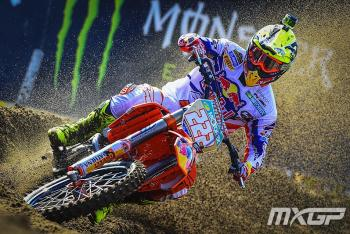 Who is the MXGP title favorite in 2015?