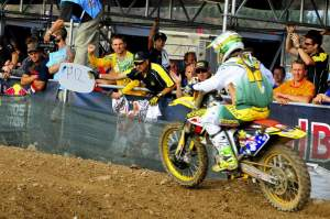 Team Australia cheers on Chad Reed as he comes back through the pack after his first-turn fall. He caught all the way up to ninth.